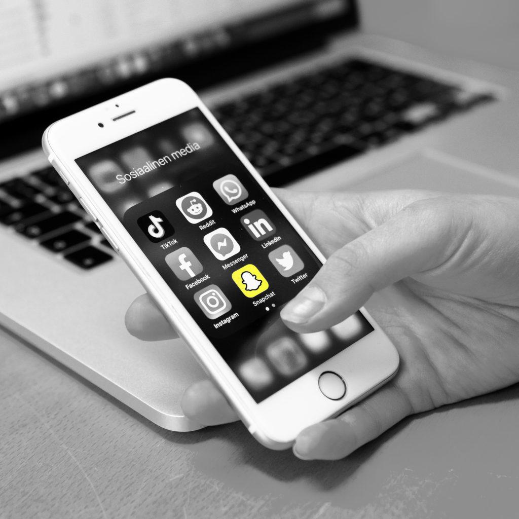 Sosiaalisen median sovellukset puhelimen näytöllä
