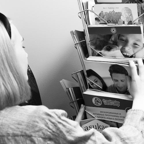 Popan painamia lehtiä lehtitelineessä